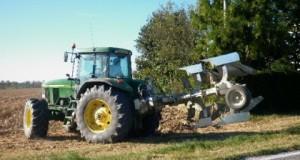 agricoltura-trattore-con-aratro